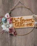 """Χρυσό στεφάνι με λουλούδια και ξύλινη επιγραφή """"Be Brave Little One"""""""
